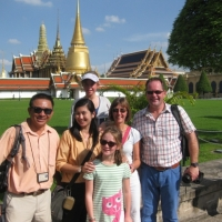 Group photo in front of the Grand Palace of Thailand Kingdom. www.chiangmaitourcenter.com