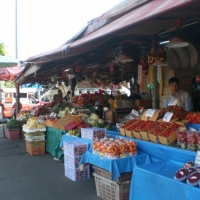 Fresh fruit market where you could buy and try varieties of fruits . www.chiangmaitourcenter.com